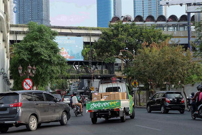 Stiker hijau Deliveree di atas jalanan Surabaya