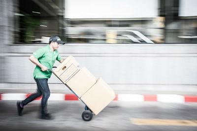 Pengemudi menggunakan troli untuk memindahkan barang