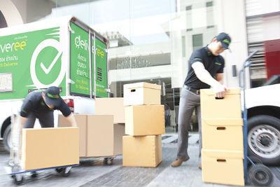 Pengemudi dan bantuan tambahan memuat dan menurunkan barang
